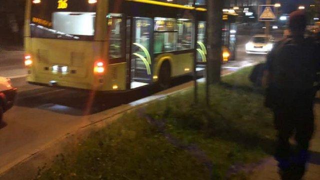 У Львові 19-річний хлопець вчинив стрілянину в автобусі №16