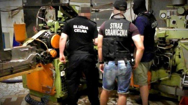 У Польщі на підпільній цигарковій фабриці затримали 12 українців