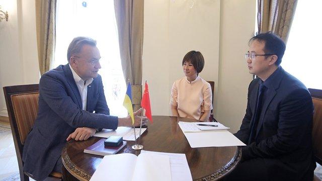 Мер Львова обговорив можливість будівництва об'їзної дороги з китайським дипломатом