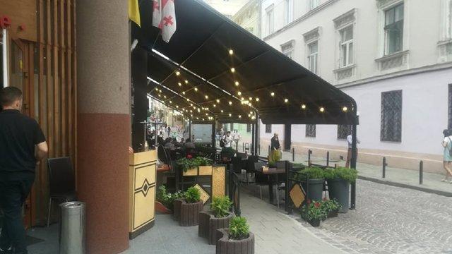 Ресторан у центрі Львова втретє перекрив вулицю літнім майданчиком