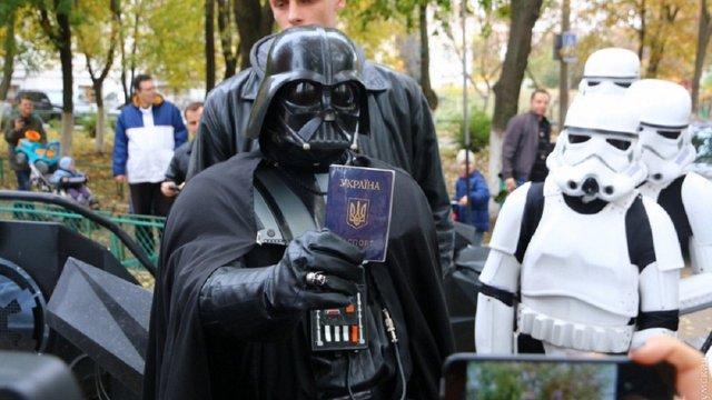 ЦВК оприлюднила справжнє фото кандидата у нардепи Дарта Вейдера
