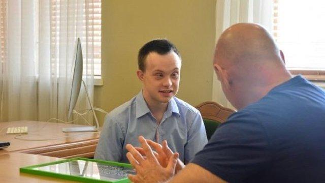 Перший в Україні бакалавр історії з синдромом Дауна отримав роботу екскурсовода у музеї в Луцьку