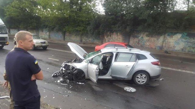 У Львові Skoda Octavia вилетіла на зустрічну й розбила три авто