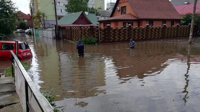 Потужна злива затопила вулиці в Рівному