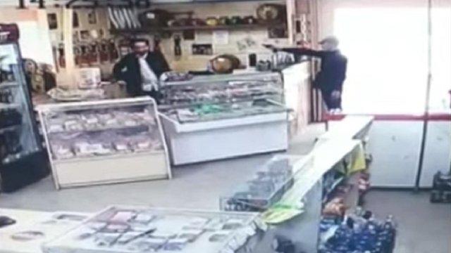 У Львові грабіжник з пістолетом вкрав з магазину пляшку пива