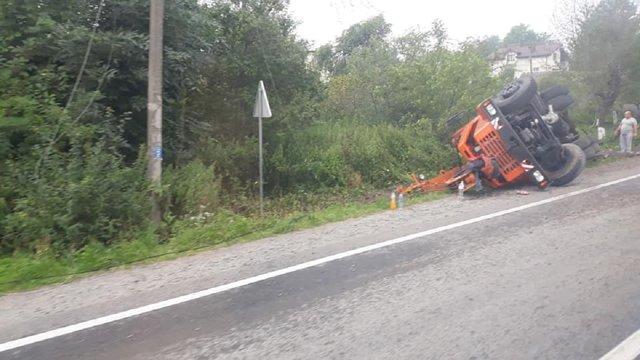 ДТП на Львівщині: від удару з фурою перекинувся автокран
