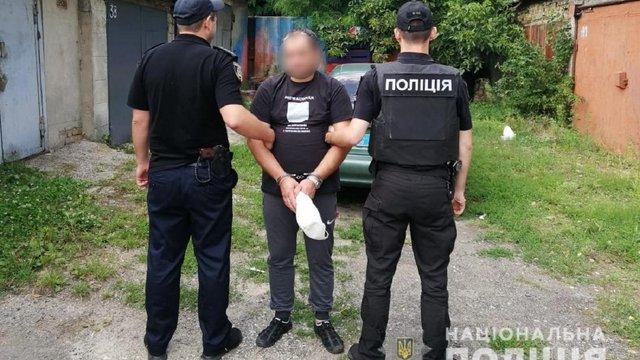 У Києві таксист прикував пасажира ланцюгом в підвалі
