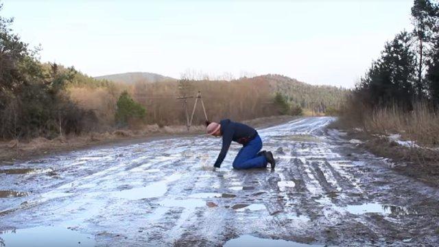 На Львівщині відклали ремонт аварійної дороги, про яку зняли сатиричний кліп