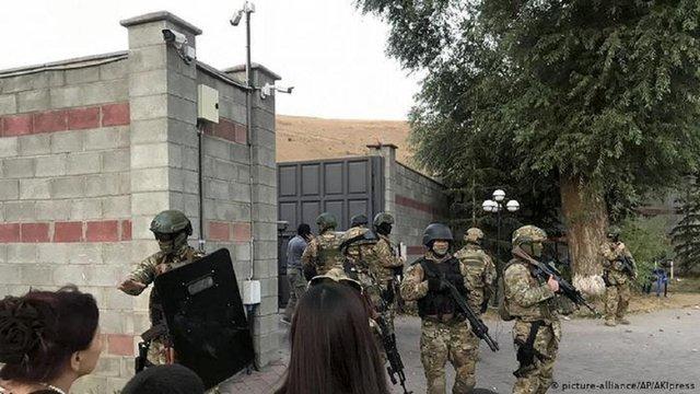 У Киргизстані під час спроби затримати екс-президента загинув спецпризначенець