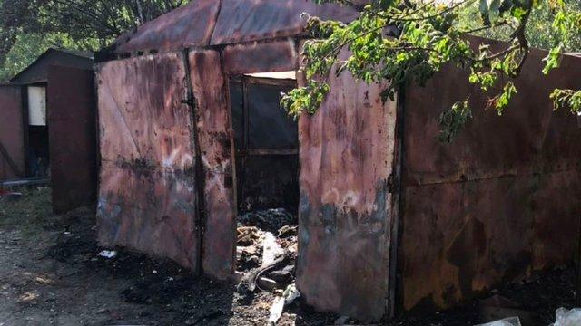 На Левандівці рятувальники гасили пожежу в металевих гаражах