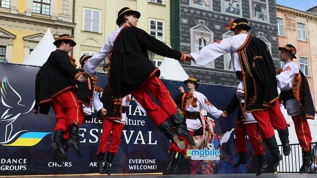 У центрі Львова виступили українські танцювальні колективи з усього світу