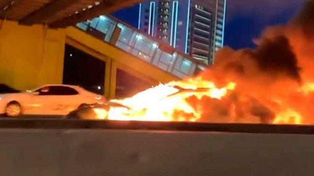 У Москві Tesla на автопілоті зіткнулася з евакуатором і вибухнула