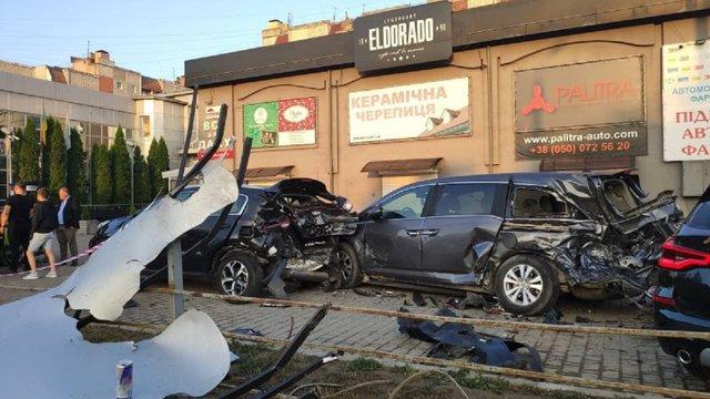 В Івано-Франківську 20-річна водійка BMW X5 розбила п'ять автомобілів на парковці