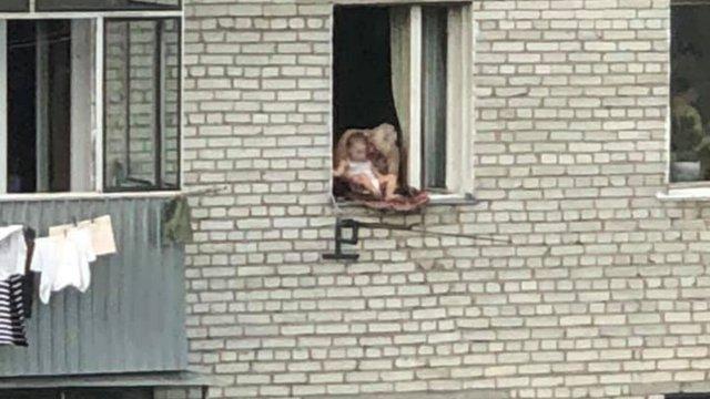 Львівська поліція провела виховну розмову з бабусею, яка виставила внука у вікно