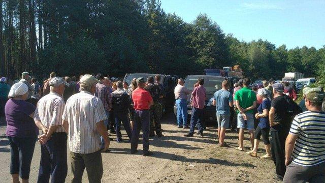 На Волині люди блокували техніку підприємства, яке хоче легально видобувати бурштин