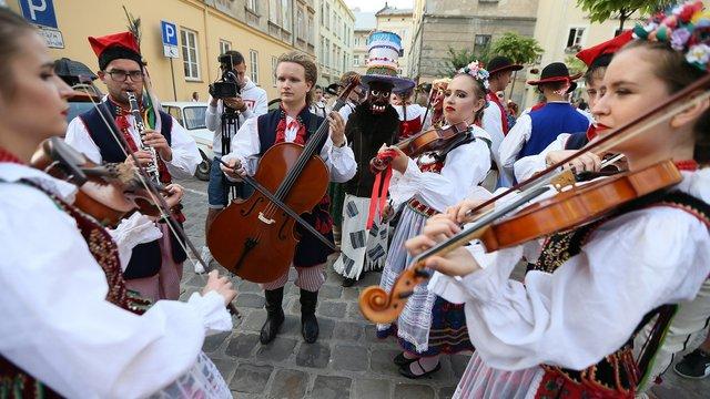 У центрі Львова феєричним парадом стартував фестиваль «Етновир»