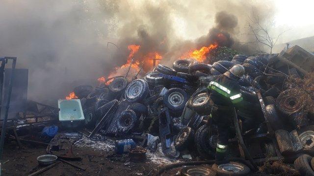 У Харкові сталася масштабна пожежа на складі зі старими шинами