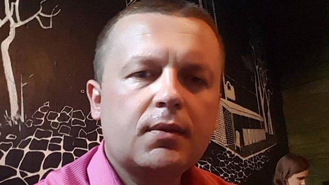 На Харківщині антикорупційному активісту принесли труну з сокирою і траурними вінками