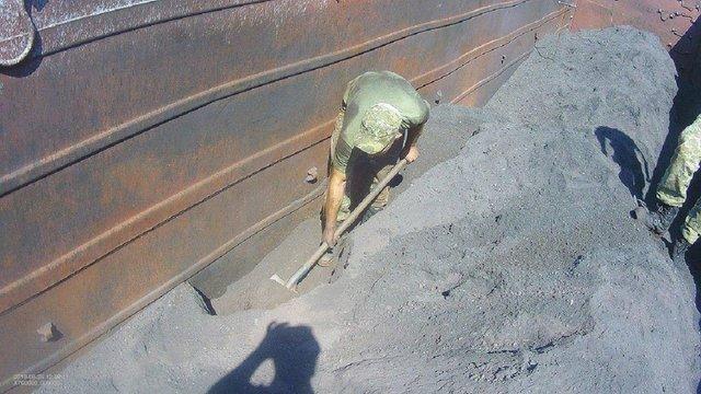 Львівські прикордонники виявили у вантажних вагонах з рудою 5 тис. пачок сигарет