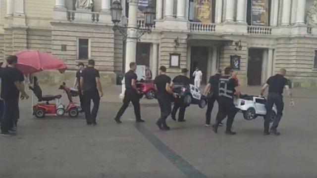 «Муніципальна варта» вилучила машинки з площі біля Львівської опери