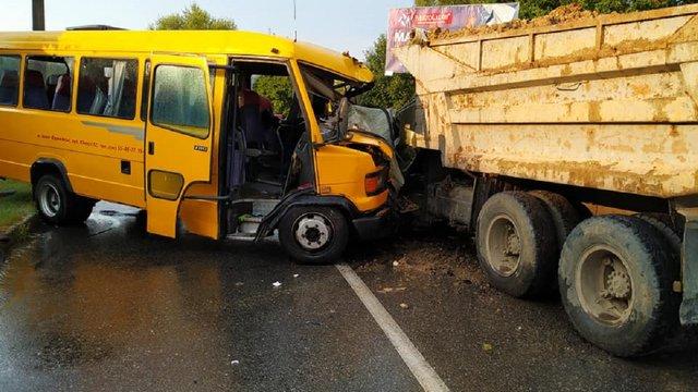 У Моршині рейсовий автобус зіткнувся із вантажівкою
