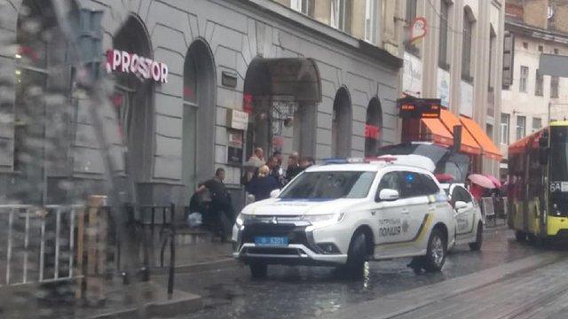 На зупинці у центрі Львова невідомий важко поранив ножем чоловіка