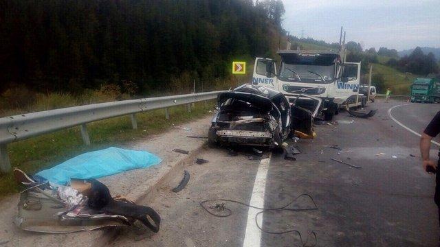 У лобовій ДТП з фурою на Сколівщині загинув водій легковика, троє пасажирів у лікарні
