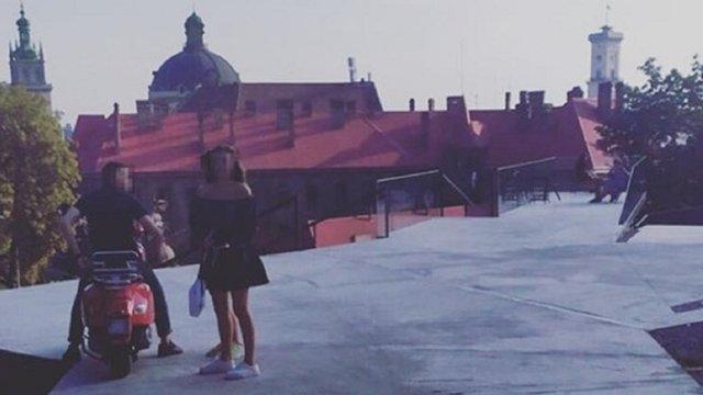 25-річного мопедиста оштрафували за їзду Меморіалом пам'яті Героїв Небесної сотні у Львові