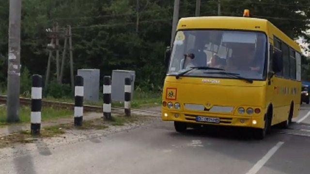 Водія шкільного автобуса, який грубо порушив ПДР на залізничному переїзді біля Львова, звільнять