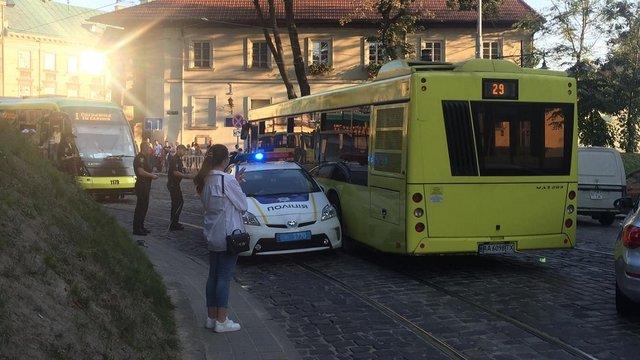 На Підвальній зіткнулися автівка патрульної поліції та рейсовий автобус