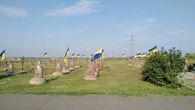 У Дніпрі комунальники прибрали прапори з могил загиблих бійців АТО