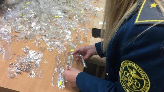 У львівському аеропорту митники конфіскували в українки 2,5 кг срібних прикрас