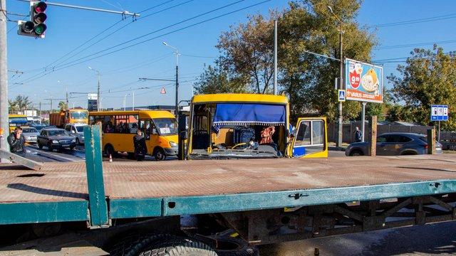 Через зіткнення маршрутки і КрАЗу в Дніпрі постраждали 11 людей