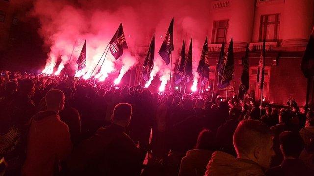 Під Офісом президента зібрався стихійний мітинг після погодження «формули Штайнмаєра»