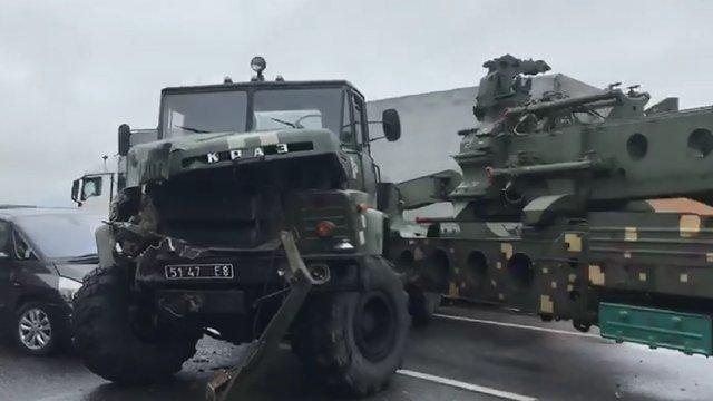 У масштабній аварії на трасі Київ-Чоп зіткнулися військовий тягач, вантажівка та легковик