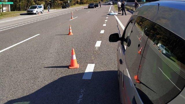 У Буському районі автомобіль на смерть збив 39-річного пішохода