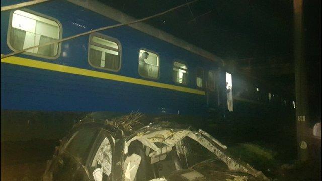На Кіровоградщині автомобіль злетів з мосту і потрапив під потяг, водій загинув
