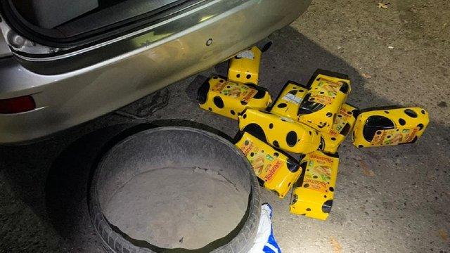 Житель Львівщини хотів провезти через кордон 50 кг сиру у запасному колесі свого автомобіля