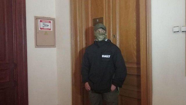 Детективи НАБУ провели обшук в кабінеті голови Чернівецької облради