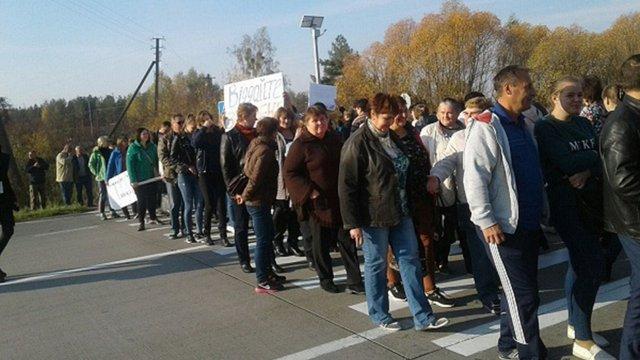 На Житомирщині вчителі перекрили трасу Київ-Ягодин, вимагаючи зарплат
