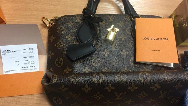 В аеропорту «Львів» у безробітної українки вилучили контрабандний брендовий одяг і парфуми