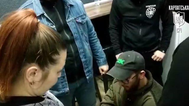 В Ужгороді праворадикали поставили на коліна іноземця та зняли це на відео