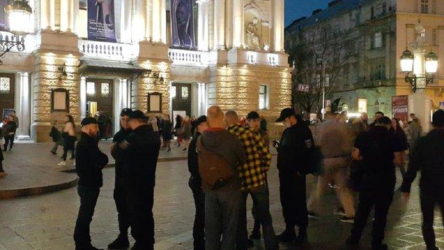 Власник прокатних машинок у центрі Львова напав на муніципалів з газовим балончиком