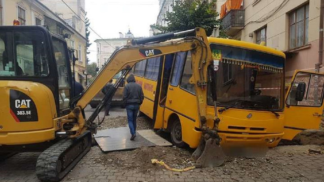 У Чернівцях шкільний автобус на швидкості влетів у розкопану яму