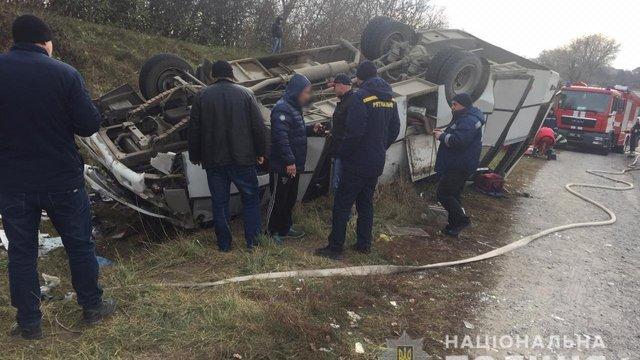 Рейсовий автобус перекинувся на Хмельниччині: постраждали восьмеро людей