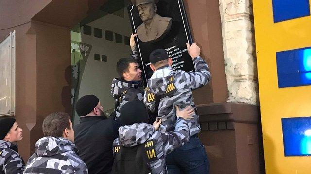 Активісти зірвали меморіальну дошку генералові КДБ у Харкові
