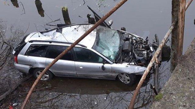 На Львівщині автомобіль зніс  огорожу моста і впав у Західний Буг