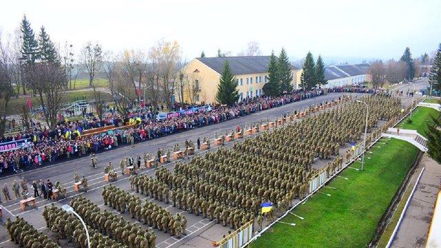 На Львівщині під час складання присяги військовий освідчився своїй коханій