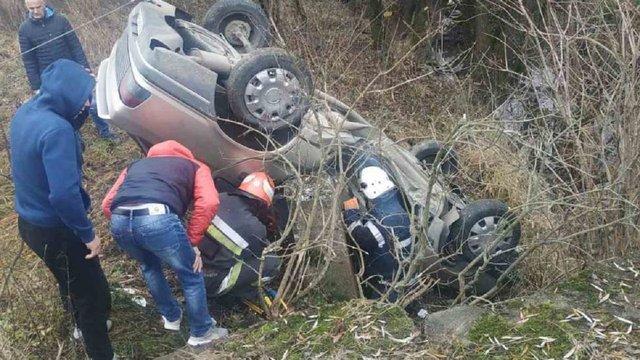 Біля Стрия автівка на швидкості злетіла з моста і перекинулася