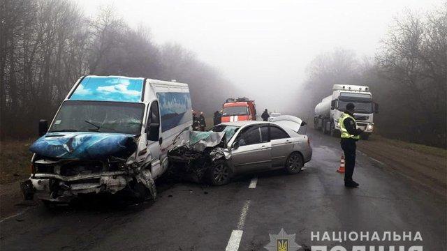 Двоє людей загинули і 12 постраждали в ДТП з маршруткою і легковиком на Хмельниччині